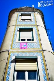 Une façade d'immeuble ornée d'azulejos
